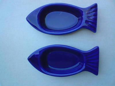 Hal formájú kék porcelán hamutartó párban